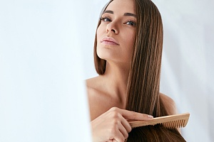 woman brushing her hair extensions